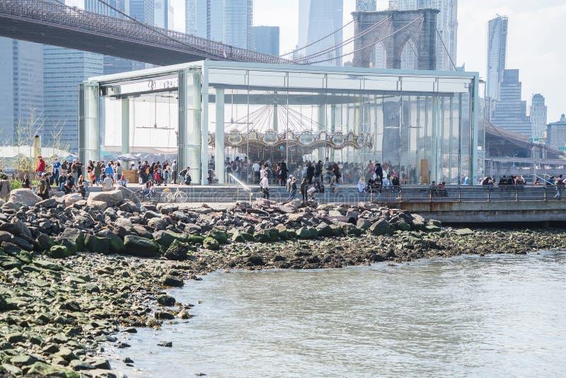 НЬЮ-ЙОРК, США - 28-ОЕ АПРЕЛЯ 2018: Историческое Джейн Бруклинский мост, более низкий горизонт Манхэттена, Нью-Йорк стоковые изображения