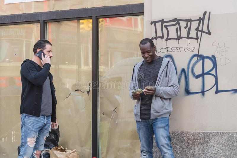НЬЮ-ЙОРК, США - 28-ОЕ АПРЕЛЯ 2018: Люди в улицах Dumbo, Бруклина, Нью-Йорка стоковое фото
