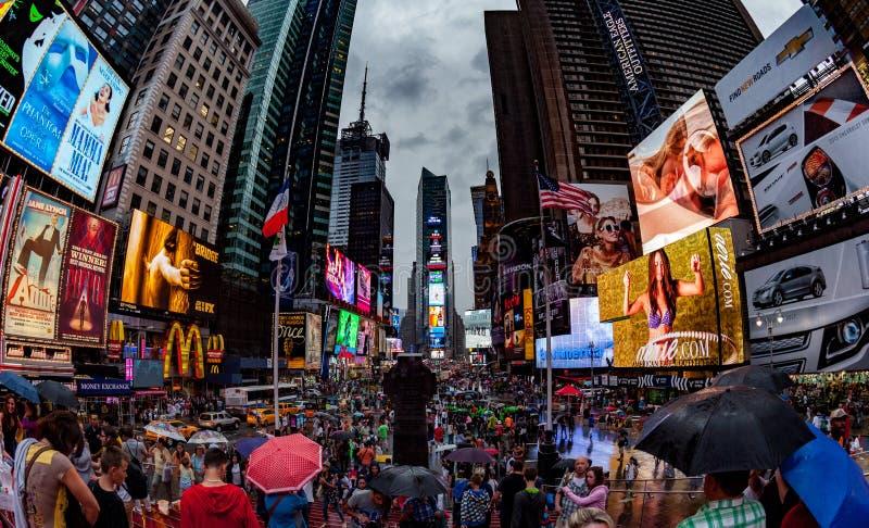 НЬЮ-ЙОРК, США - 13-ОЕ ИЮЛЯ 2013: Фото рыбьего глаза Таймс площадь стоковые изображения