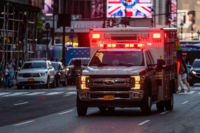 Нью-Йорк, США - 21-ое июня 2019: В вечере, автомобиль машины скорой помощи с мигающими огнями в Манхэттене - изображением стоковая фотография