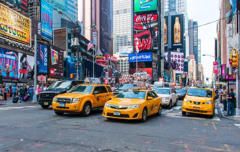 Нью-Йорк, США - 12-ое июня 2014: Желтые кабины в движении на Таймс площадь в Нью-Йорке стоковое изображение
