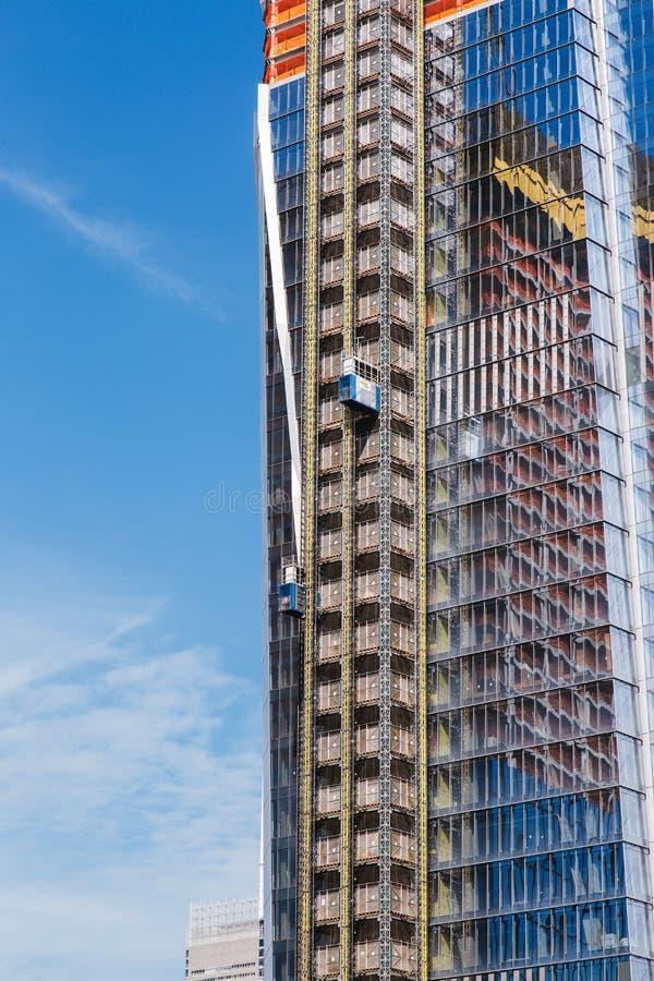 НЬЮ-ЙОРК, США - 22-ОЕ ИЮНЯ 2017: Здание с кранами, центр города Манхаттан, Нью-Йорк, Соединенные Штаты стоковые изображения