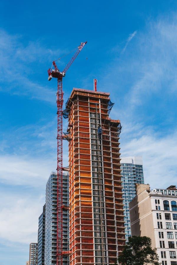 НЬЮ-ЙОРК, США - 22-ОЕ ИЮНЯ 2017: Здание с кранами, центр города Манхаттан, Нью-Йорк, Соединенные Штаты стоковая фотография rf