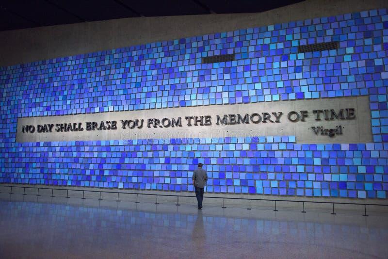 НЬЮ-ЙОРК, США - 12-ое июня 2015: Посетители в 9/11 мемориальных музеях на эпицентре стоковые фото