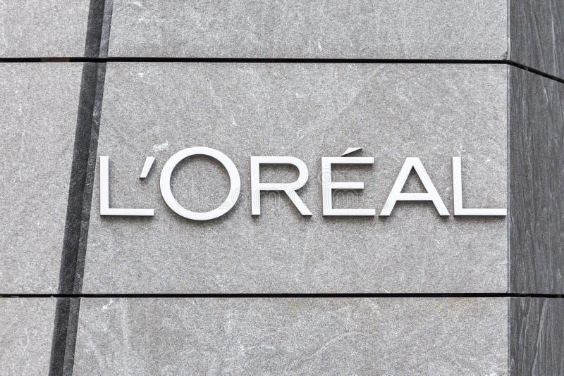НЬЮ-ЙОРК, США - 17-ОЕ МАЯ 2019: Логотип компании личной заботы Loreal французской на здании в офисе Нью-Йорка _ стоковое изображение rf