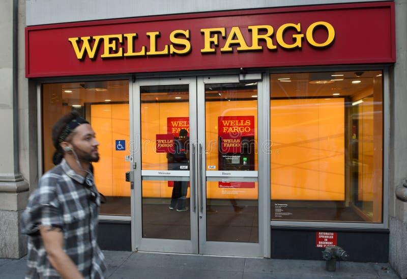Нью-Йорк, США - 30-ое мая 2018: Человек около Wells Fargo Bank в n стоковое изображение rf
