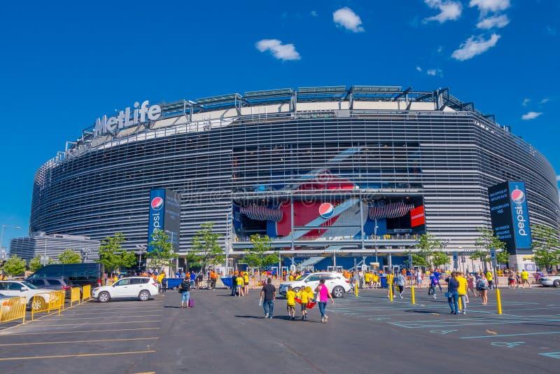 НЬЮ-ЙОРК, США - 22-ОЕ НОЯБРЯ 2016: Неопознанные эквадорские вентиляторы идя для входа к стадиону Metlife увидеть футбольную игру  стоковые фотографии rf