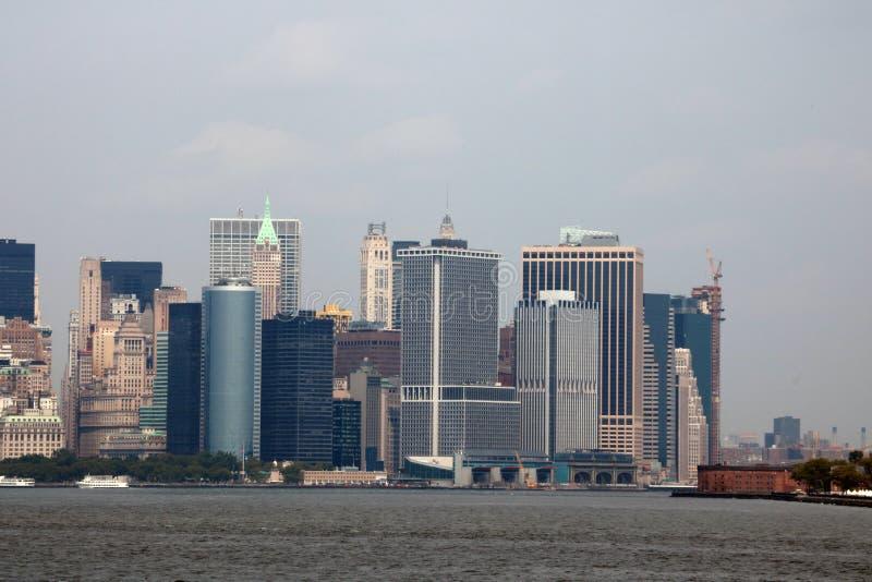 Нью-Йорк, США - 2-ое сентября 2018: Пасмурный день в Нью-Йорке Взгляд горизонта Манхаттана в NYC стоковое изображение rf