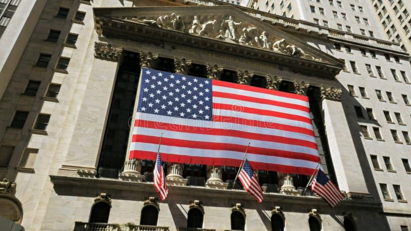 НЬЮ-ЙОРК, НЬЮ-ЙОРК, США - 15-ОЕ СЕНТЯБРЯ 2015: экстерьер фондовой биржи на Уолл-Стрите стоковая фотография rf