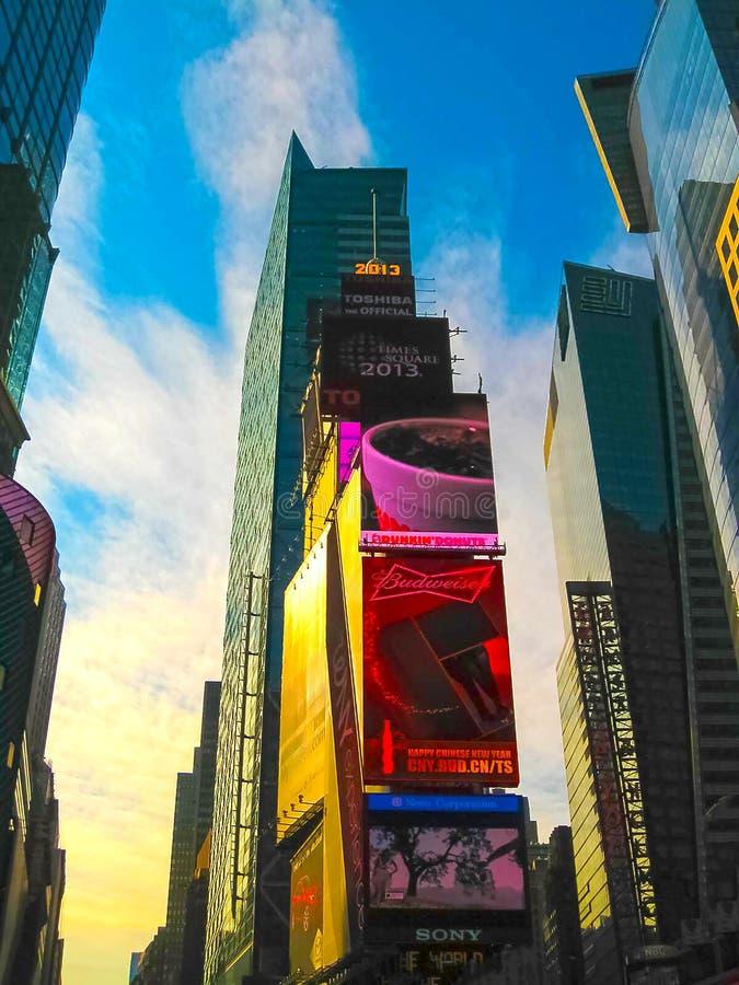 Нью-Йорк, США - 13-ое февраля 2013: Таймс площадь занятое туристское пересечение неоновых искусства и коммерции и стоковые фотографии rf