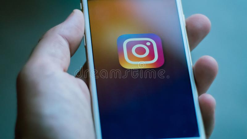 Нью-Йорк/США 06-27-2019: Человек держит белый смартфон со значком сети instagram социальной представленной на экране стоковые изображения rf