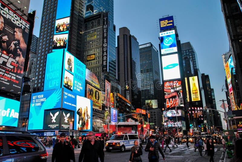 Нью-Йорк, США 3-ье мая 2013 взгляд ночи занятой жизни вокруг Таймс-сквер стоковые фотографии rf