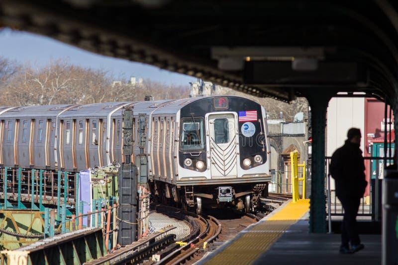 НЬЮ-ЙОРК, США - Decembre 2017: метро приходя в поворачивать станции overground стоковые фото
