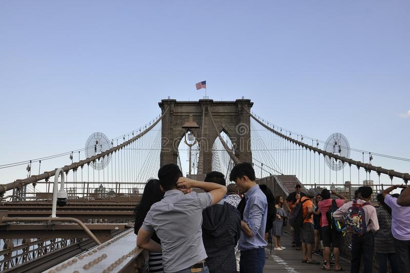 Нью-Йорк, 3-ье июля: Дорожка Бруклинского моста над Ист-Ривер Манхаттана от Нью-Йорка в Соединенных Штатах стоковые фотографии rf