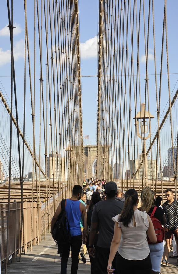 Нью-Йорк, 3-ье июля: Дорожка Бруклинского моста над Ист-Ривер Манхаттана от Нью-Йорка в Соединенных Штатах стоковая фотография rf