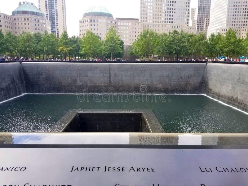 Нью-Йорк, NY, 2017: Мемориал на эпицентре n всемирного торгового центра стоковые фотографии rf