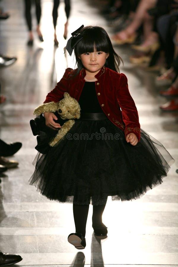 НЬЮ-ЙОРК, NY - 19-ОЕ МАЯ: Модель идет взлётно-посадочная дорожка на модный парад детей падения 14 Ральф Лорен стоковые фото