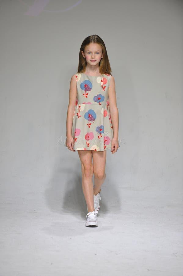 НЬЮ-ЙОРК, NY - 19-ОЕ ОКТЯБРЯ: Модель идет взлётно-посадочная дорожка во время предварительного просмотра одежды детей арии на нед стоковое изображение