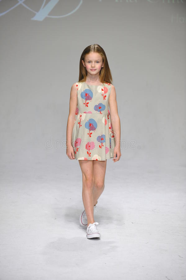 НЬЮ-ЙОРК, NY - 19-ОЕ ОКТЯБРЯ: Модель идет взлётно-посадочная дорожка во время предварительного просмотра одежды детей арии на нед стоковое фото