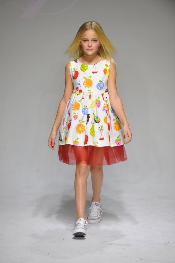 НЬЮ-ЙОРК, NY - 19-ОЕ ОКТЯБРЯ: Модель идет взлётно-посадочная дорожка во время предварительного просмотра одежды детей арии на нед стоковые фото