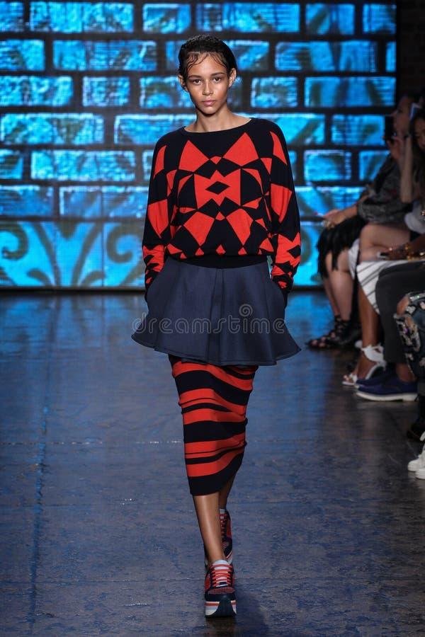 НЬЮ-ЙОРК, NY - 7-ОЕ СЕНТЯБРЯ: Модельные прогулки Binx Walton взлётно-посадочная дорожка на собрании моды весны 2015 DKNY стоковая фотография