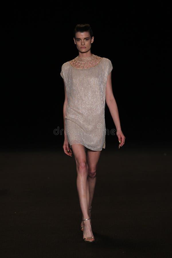 НЬЮ-ЙОРК, NY - 4-ОЕ СЕНТЯБРЯ: Модель идет взлётно-посадочная дорожка на модный парад Meskita стоковое фото