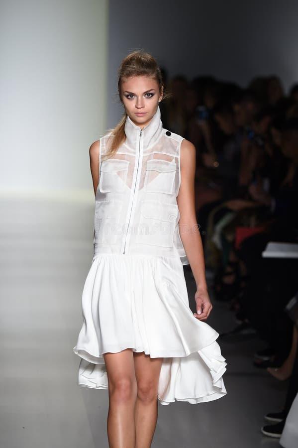 НЬЮ-ЙОРК, NY - 4-ОЕ СЕНТЯБРЯ: Модель идет взлётно-посадочная дорожка на модный парад Marissa Webb стоковые фотографии rf