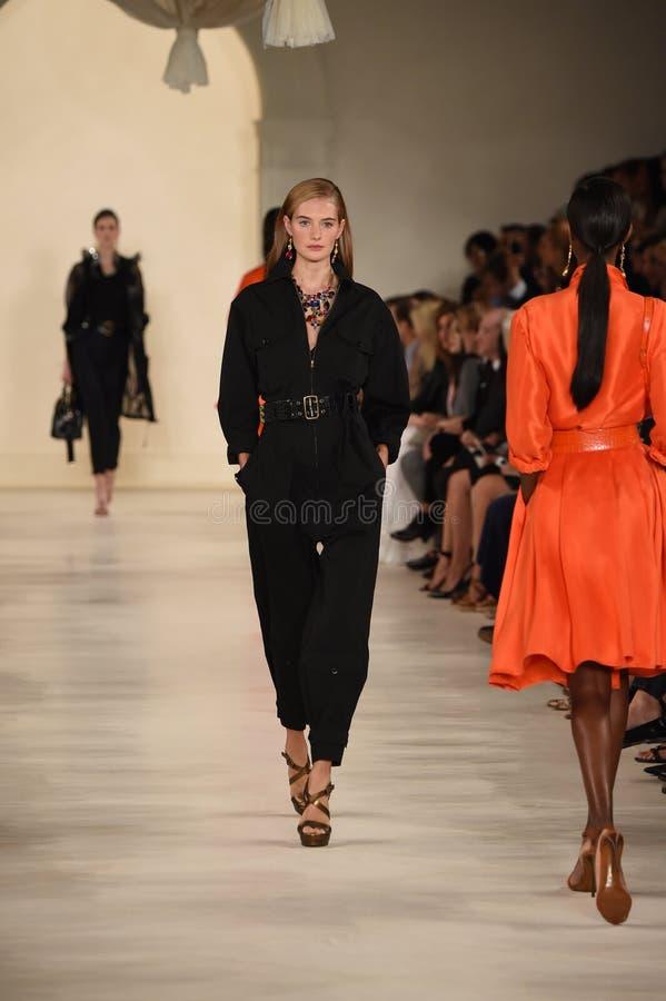 НЬЮ-ЙОРК, NY - 11-ОЕ СЕНТЯБРЯ: Модель идет взлётно-посадочная дорожка на модный парад Ральф Лорен стоковое изображение