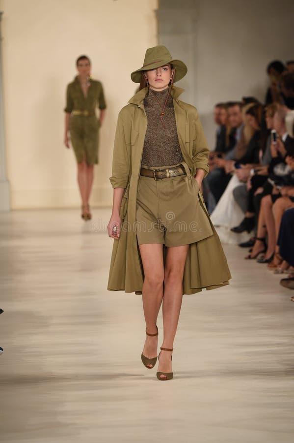 НЬЮ-ЙОРК, NY - 11-ОЕ СЕНТЯБРЯ: Модель идет взлётно-посадочная дорожка на модный парад Ральф Лорен стоковые изображения