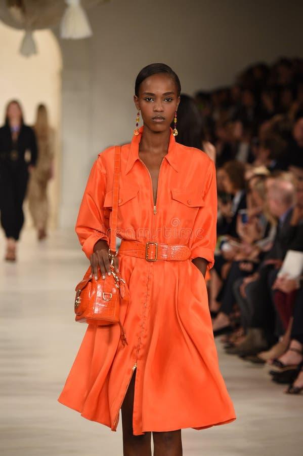 НЬЮ-ЙОРК, NY - 11-ОЕ СЕНТЯБРЯ: Модель идет взлётно-посадочная дорожка на модный парад Ральф Лорен стоковое фото rf