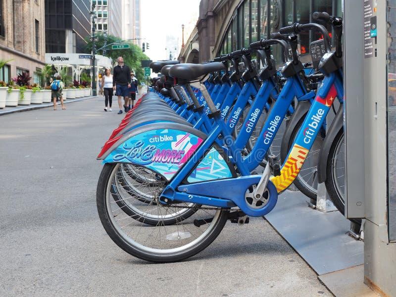 Нью-Йорк, NY, США Велосипед деля вдоль улиц в Манхэттене стоковое фото