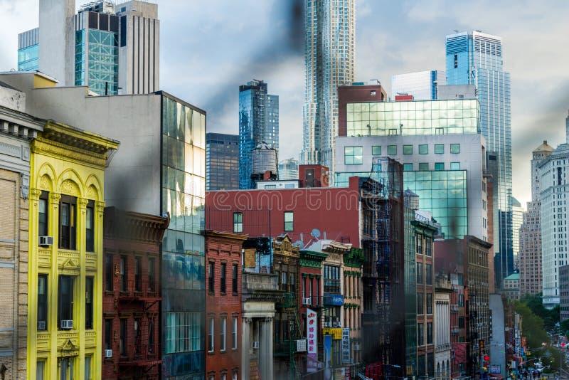 Нью-Йорк, NY/США - 08/01/2018: Здания вдоль восточного Бродвей, в районе Чайна-тауна Нью-Йорка, к центру города стоковые изображения