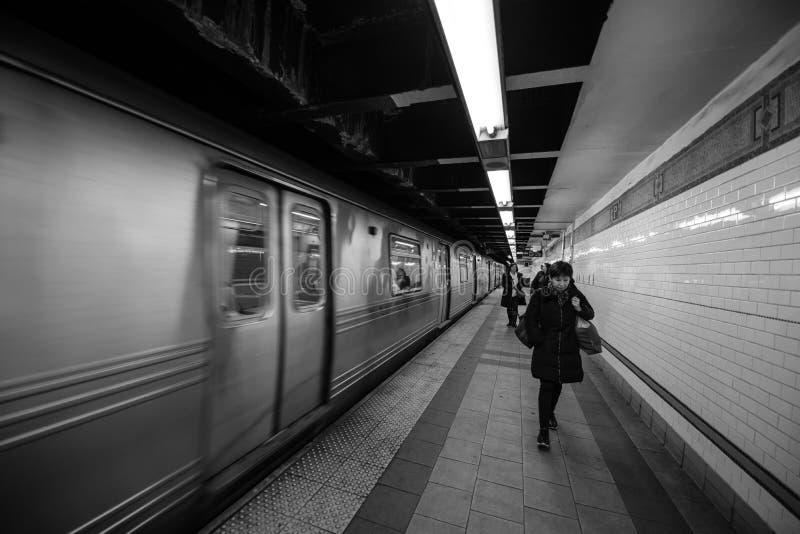Нью-Йорк, NY, США - 22-ое декабря 2016: Пассажиры идя юрко на метро Нью-Йорка на квадрате соединения стоковая фотография
