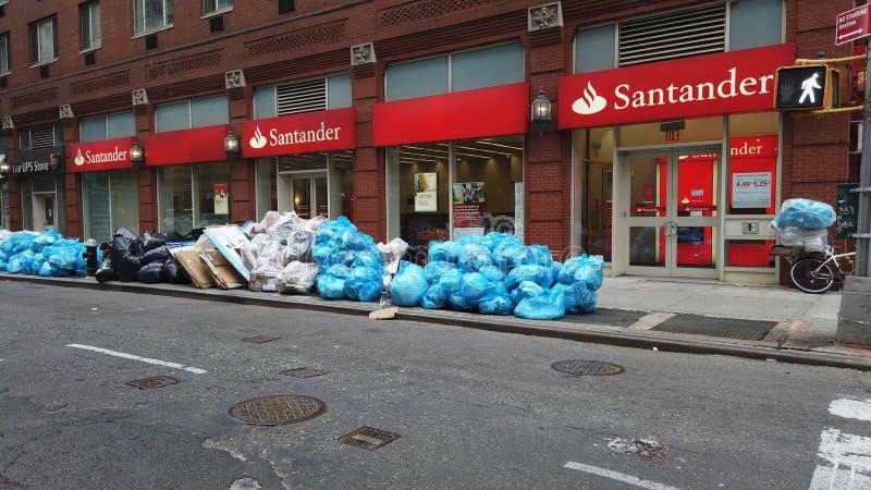 Нью-Йорк, NY, США Офисы и жилая штабелевка-вверх погани и сидят на тротуаре ожидая приемистости стоковое фото rf
