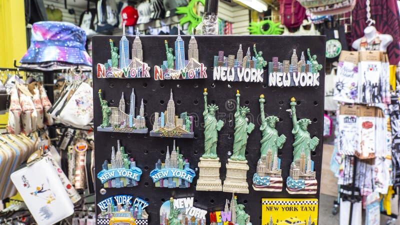 Нью-Йорк, NY, США Собрание магнитов, который нужно продать к туристам стоковые фото