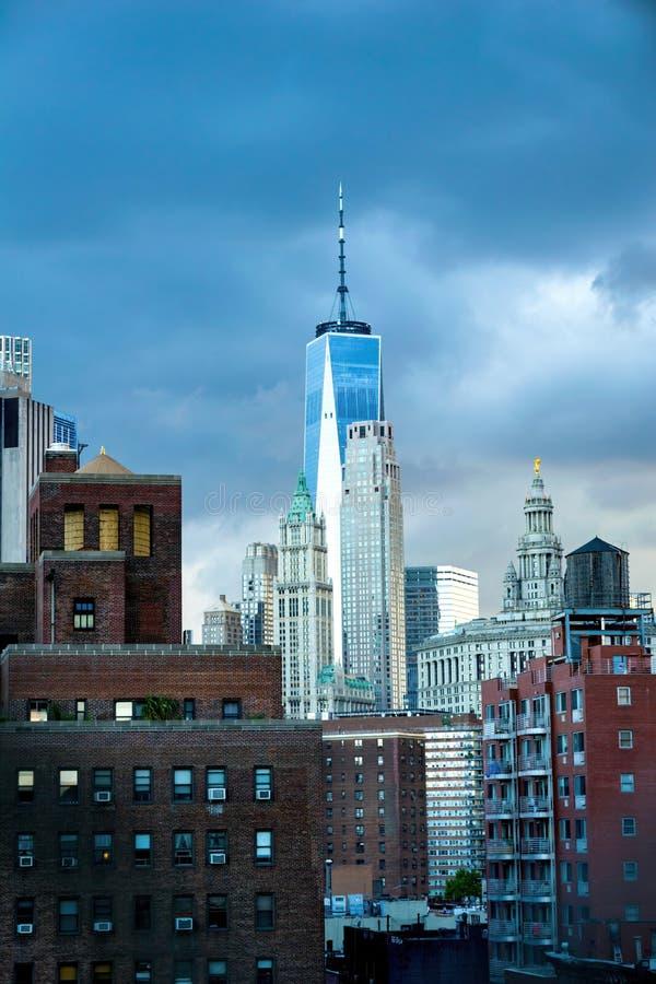 Нью-Йорк, NY/USA - 08/01/2018: Новый всемирный торговый центр, башня свободы, башни высокие над более небольшим центром города стоковое изображение