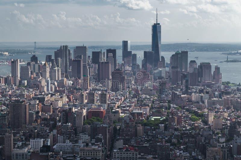 Нью-Йорк, NY/USA - около июль 2015: Панорама более низкого Манхаттана от Эмпайра Стейта Билдинга стоковое фото rf