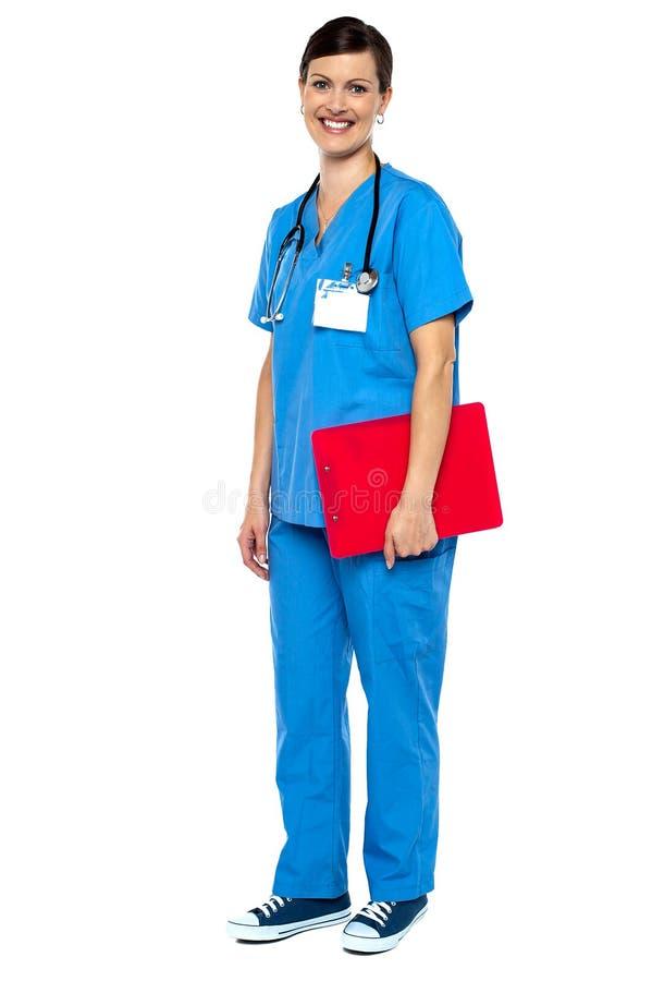 Нюна нося голубой равномерный clipboard красного цвета удерживания стоковые изображения