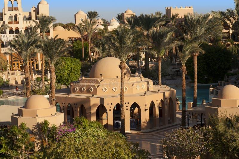 Оазис пальм и фото растительности Дома вдоль пляжа в Makadi, Египте стоковое изображение