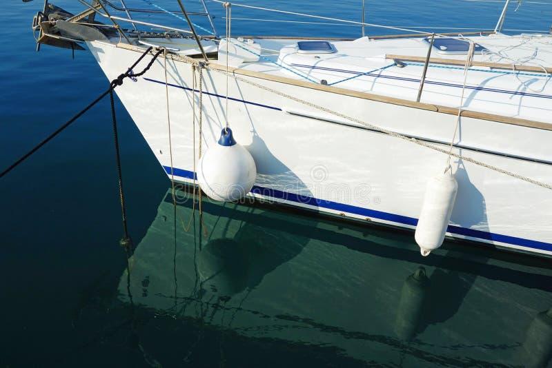 Обвайзеры шлюпки на белой яхте стоковые изображения
