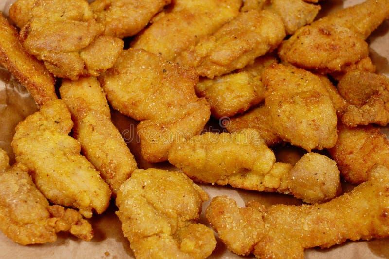 обваленные в сухарях наггеты цыпленка глубоко зажаренные стоковая фотография rf