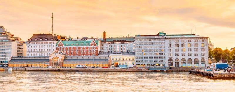 Обваловка и старое kauppahalli Hall Vanha рынка в Хельсинки на лете стоковое изображение rf