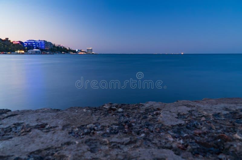 Обваловка, море и город голубого неба, ландшафт, панорама стоковые фотографии rf