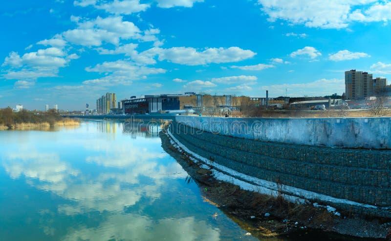 Обваловка реки Miass и торгового комплекса Rodnik стоковые изображения rf