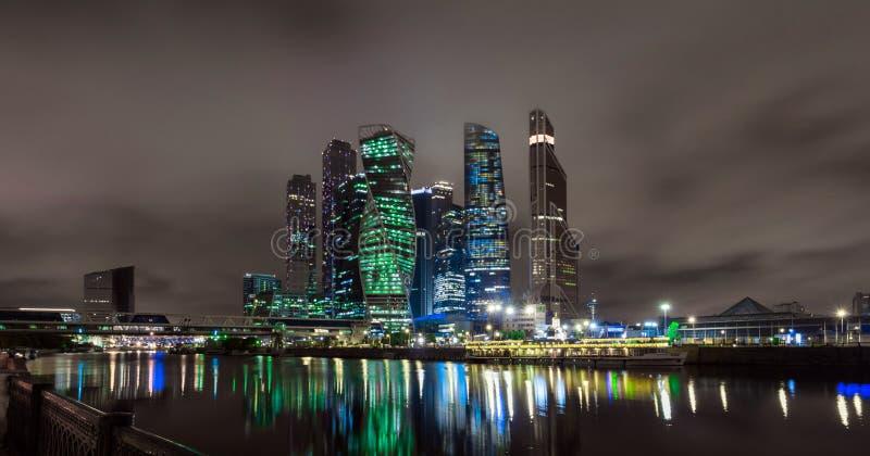 Обваловка реки Moskva около делового центра стоковая фотография rf
