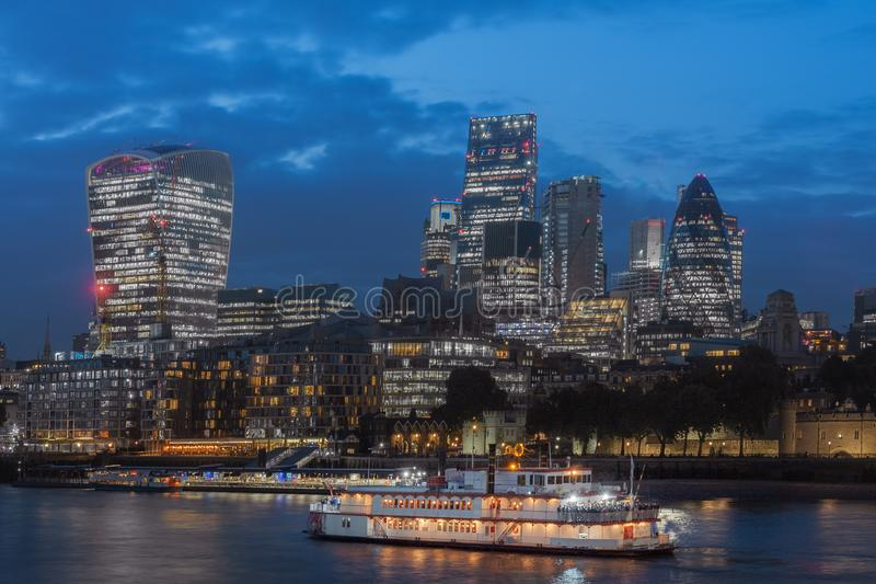 Обваловка Темзы и небоскребы Лондона в городе Лондона в th стоковые фото