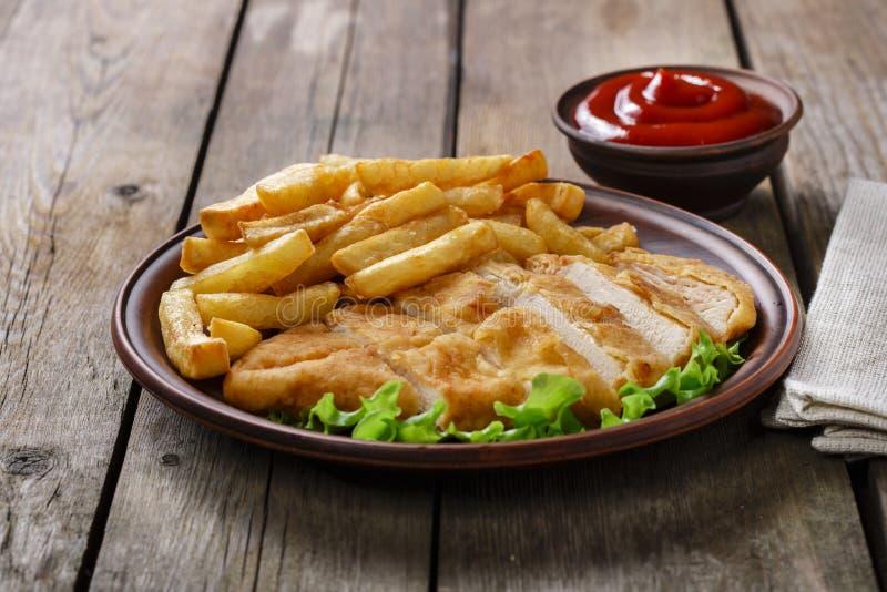 обваленный в сухарях schnitzel цыпленка стоковая фотография rf