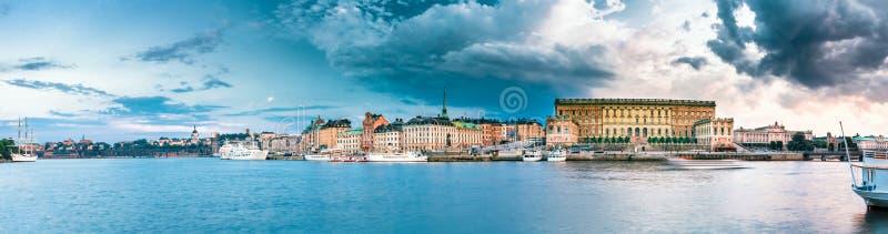 Обваловка в старой части Стокгольма на вечере лета, Швеции стоковая фотография