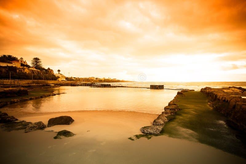 Обваловка Cascais во время отлива на зоре драматически стоковое изображение