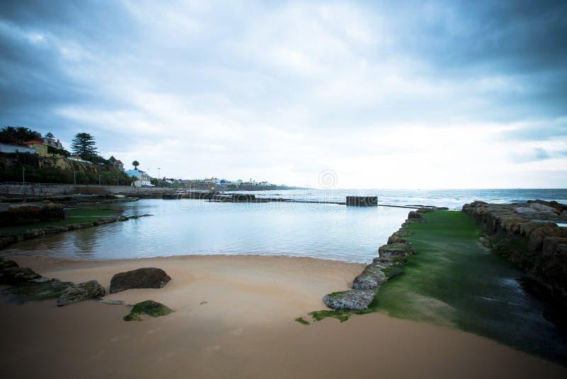 Обваловка Cascais во время отлива драматически стоковая фотография rf